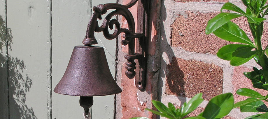 Header_garden-art-and-decor-cottage-garden-decor-cast-iron-doorbell