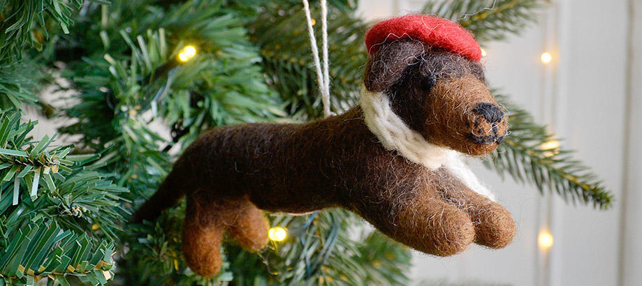 Header_garden-art-and-decor-christmas-tree-decoration-dog-avec-beret